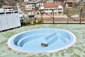 Малкото басейнче за минерална вода чака да бъде официално открито