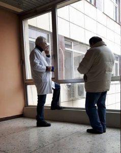 """""""Лекари с фасове"""" в благоевградската поликлиника. На снимката е д-р Веселински, общопрактикуващ лекар в областния град. След като бе """"уловен"""" в този така неподходящ за него момент, РЗИ - Благоевград се самосезира по случая и недопустимото поведение на лекаря - да пуши в коридора на Поликлиниката. фото: Blagoevgrad - NEWS"""