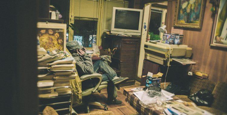 Сегашният секретар Бюгмеджиев в канцеларията на читалището.