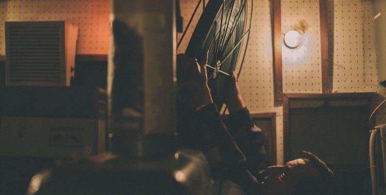 """Чичо Митко зарежда кинолента в една от двете стари машини на """"Влайкова"""" - честа картина от репортажите за мястото. Снимка: Георги Бонев/Евромегдан."""