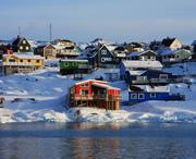 Nach erfolglosen Versuchen der Ölgesellschaften Erdölvorkommen zur Erschließung in Grönland zu finden, entwickelt sich die Insel zu einem Fördergebiet