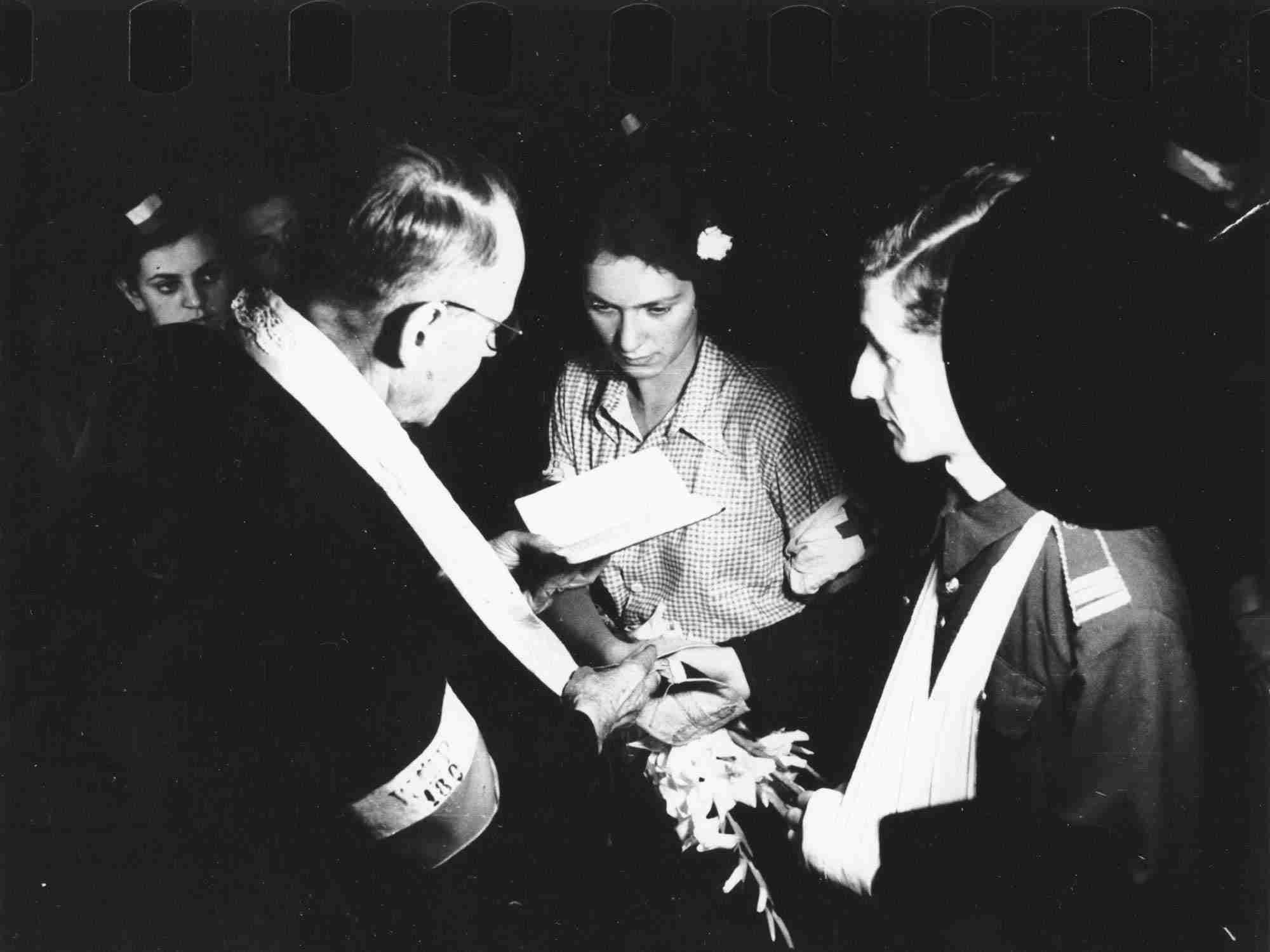 Warszawa sierpień 1944 - Ślub powstańczy (fot. Eugeniusz Lokajski)