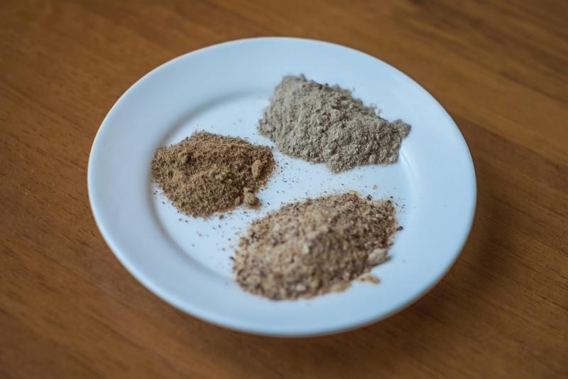 Trzy podstawowe składniki szamponu - amla (u góry), shikakai (nieco niżej, najciemniejszy) oraz ritha