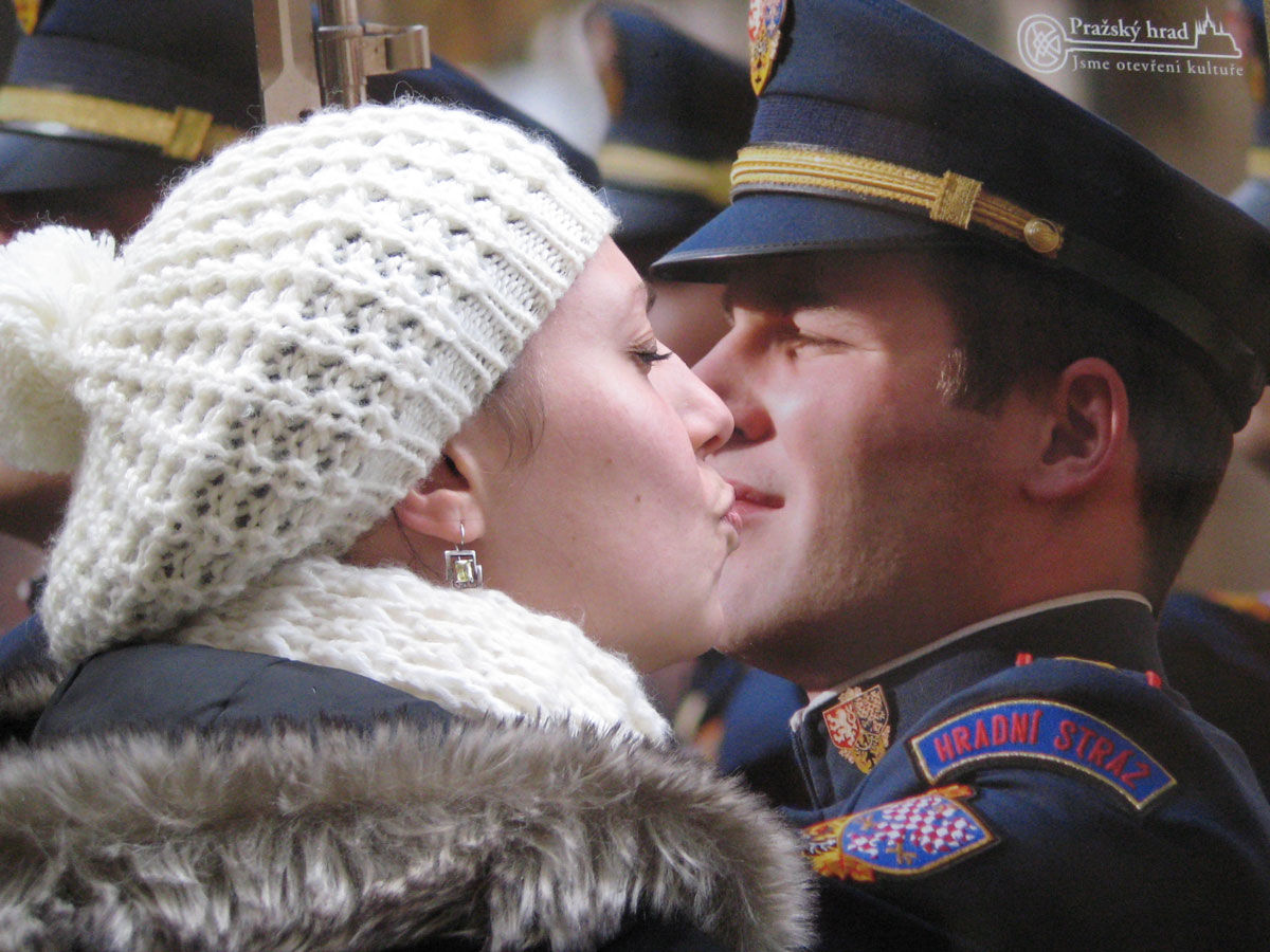 Ewelina całuje strażnika z plakatu