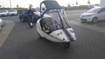 Inmotion V3 auf dem Beifahrersitz des Twike gefilmt vom Airwheel als ultra last mile solution