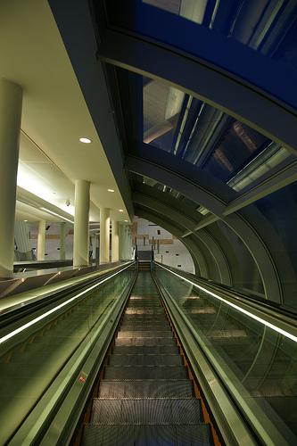 Dubai Metro - Burj Khalifa station ドバイメトロでブルジュ・ハリファ駅到着