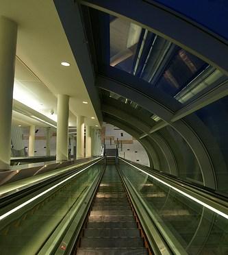 Dubai Metro – Burj Khalifa station ドバイメトロでブルジュ・ハリファ駅到着