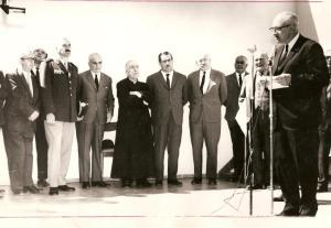 El Dr. Dirk Brouwer, director del Depto. de Astronomía de la Universidad de Yale, pronunciando su discurso. Al fondo, el Dr. Leopoldo Bravo (Gobernador de San Juan) y Monseñor Audino Rodríguez y Olmos.