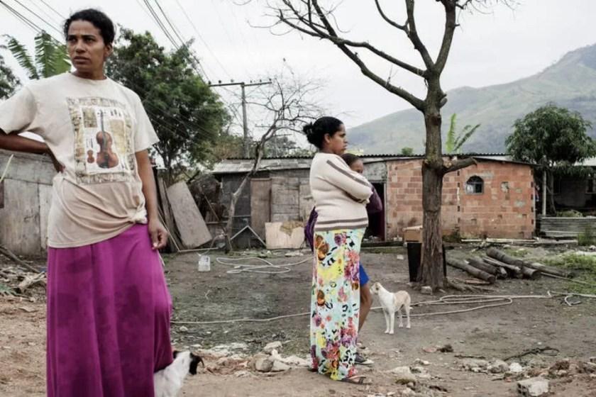 Mulheres pobres em favela do Rio de Janeiro