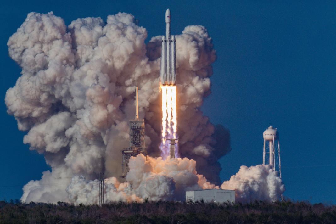 A força do foguete se baseia na terceira lei de newton, ação e reação. Os gases impulsionam o foguete para cima. Foto por Bill Jelen em Unsplash