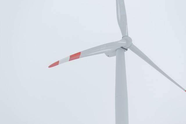 As turbina eólicas são geradores que transformam energia a partir da mecânica dos fluidos, neste caso, dos ventos. Foto por Christian Wiediger on Unsplash