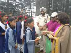 ms-anuradha-rishi-distributing-paint-materials-to-children-participating-in-the-workshop