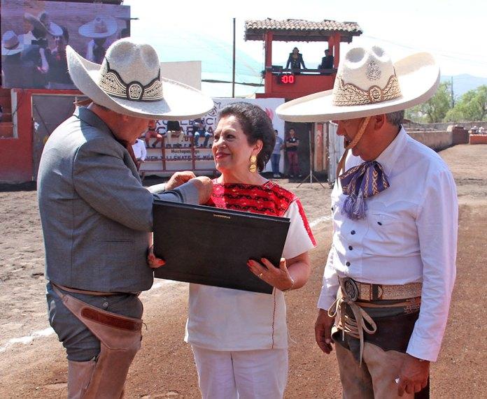 Leonardo Dávila impuso la Rosa de Oro a la señora Luz del Carmen Guerrero