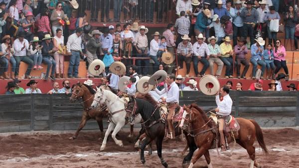 Los caballeros mexiquenses dando la triunfal vuelta al ruedo