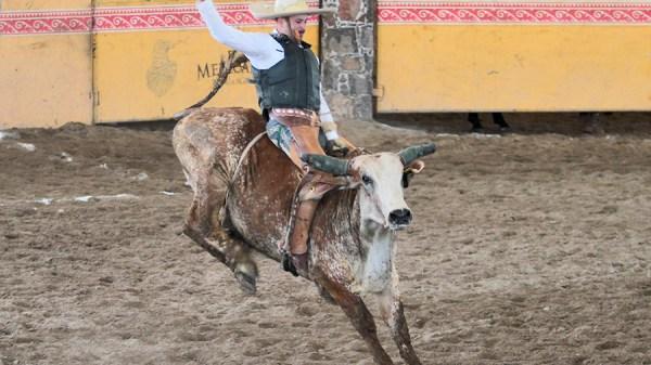 Pedro Vega ejecutó una excelente jineteada de toro por Rancho La Biznaga