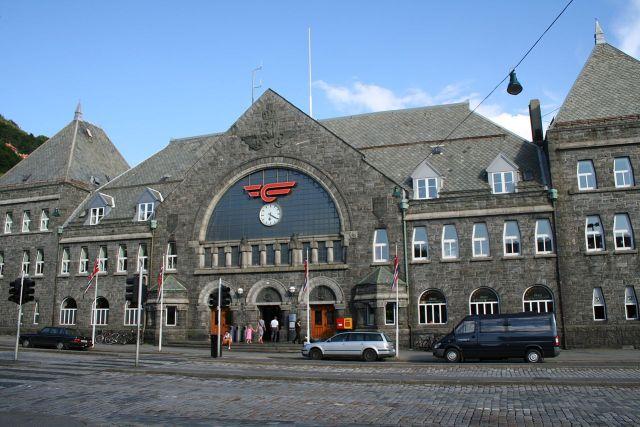 1280px-bergen_railway_station_facade