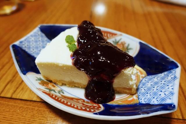 手作りレアチーズケーキにブラックベリーソースを添える