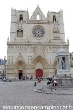 En arpentant les rues du vieux Lyon, nous voici à la place St Jean