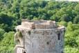 Château de Tonquédec, l'une des tours avec sur sa droite, le service d'entretien au repos lol