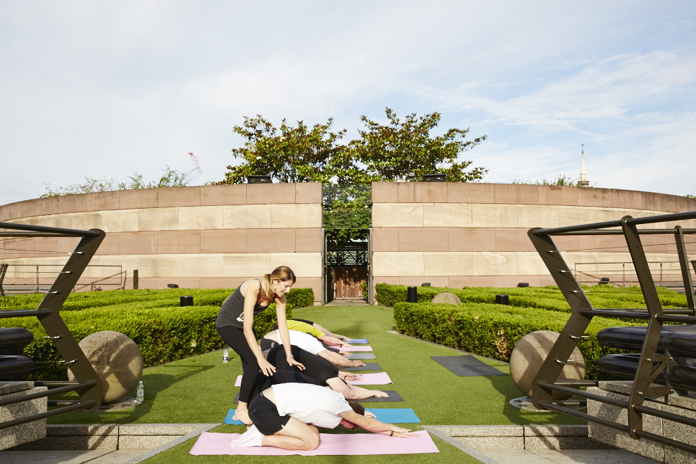 exercise-in-the-city-pilates-class-at-coq-dargent-2