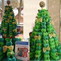 Árbol de navidad con cajas de huevos pintadas