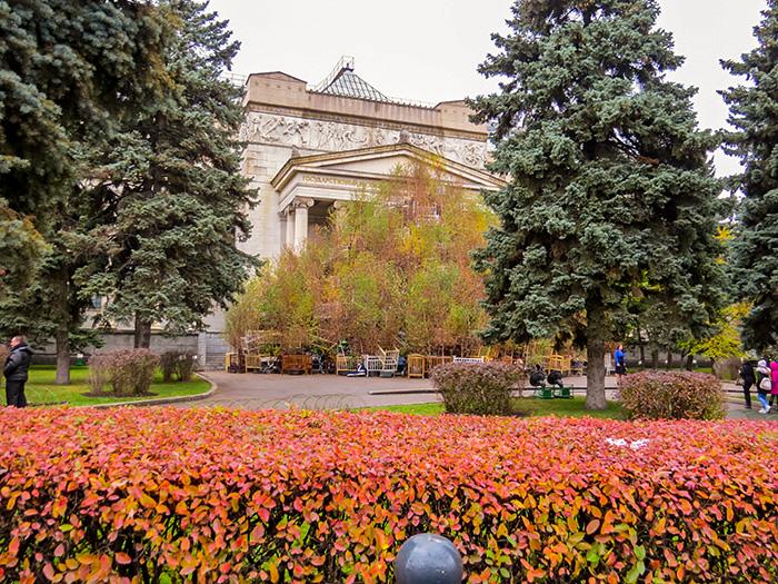 A fachada do Museu Pushkin tomada pela obra de arte