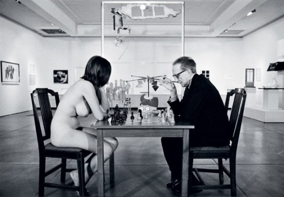 Eve Babitz playing chess with Marcel Duchamp, 1973. © Julian Wasser.