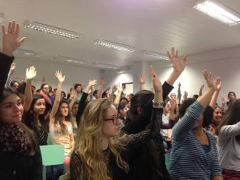 centenas de estudantes do curso de Terapia Ocupacional, da UFPR, realizaram assembleia estudantil,deflagraram greve e ocuparam o prédio da saúde da Universidade, no Campus Botânico.