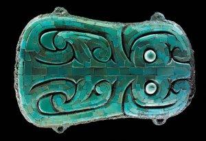 镶绿松石青铜牌(夏代)。1981年在河南偃师二里头遗址出土,长14.2厘米、宽9.8厘米。