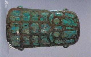 镶绿松石青铜牌(夏代)。长15.9,宽7.5-7.8CM。1987年河南偃师二里头出土。中国社会科学院考古研究所藏。