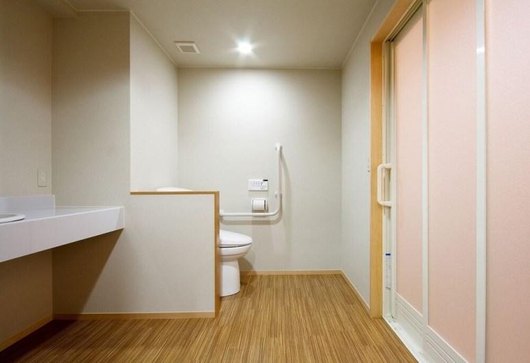 金沢の宿 由屋るる犀々のバリアフリールームの洗面所とトイレ
