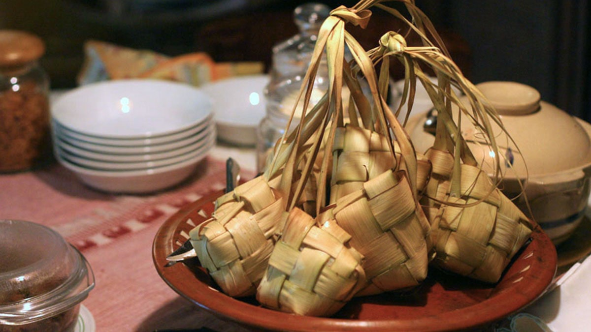 Ketupat, salah satu makanan khas lebaran.
