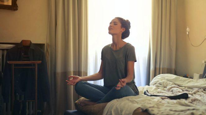 Meditasi jadi salah satu opsi menunggu.