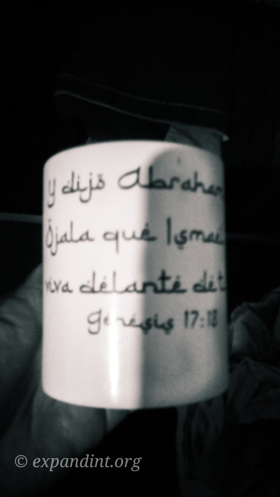 Coffee mug with a Spanish Bible verse in Arabic style writing