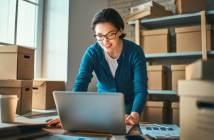 Webshop och ehandel - fotografi på en kvinna som jobbar med en webbshop