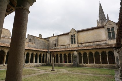 Eglise Collégiale's Innenhofe
