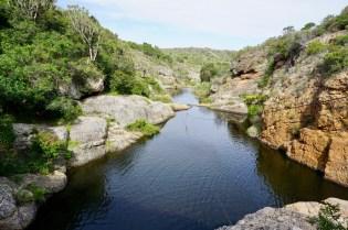 Wasserbecken mit Wasserfall in Südafrika