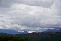 Berge mit tiefen Wolken