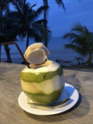 Kühle Kokosnuss bei heißen Abenden