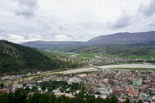 Blick hinab auf Berat, den Osum River und die Bergketten