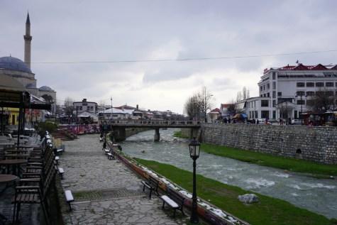 Fluß fließt durch den Ort