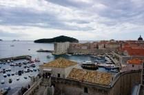 Yachthafen an einer Stadtmauer