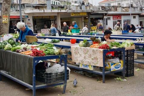 Wochenmarkt mit Gemüsestandt