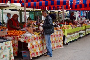 Wochenmarkt mit Obststand