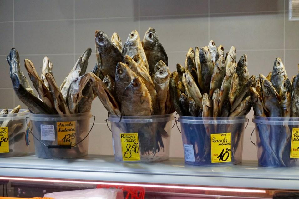 In Riga wird Räucher-Fisch verkauft