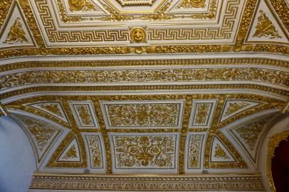 Saal-Decke mit Gold-Verzierung