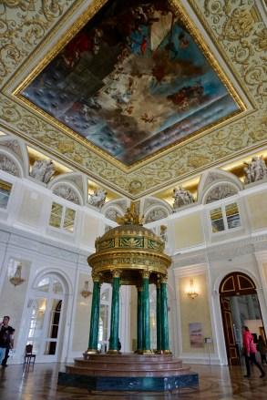 Museums-Saal mit verzierter Decke