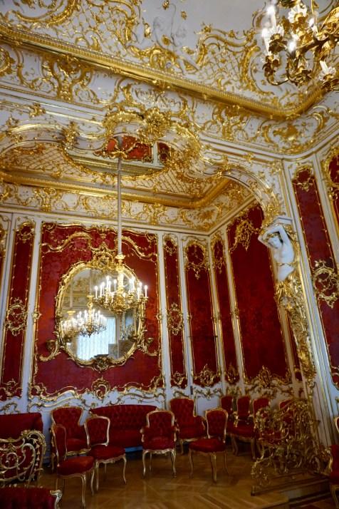 Saal in rot und gold gestaltet