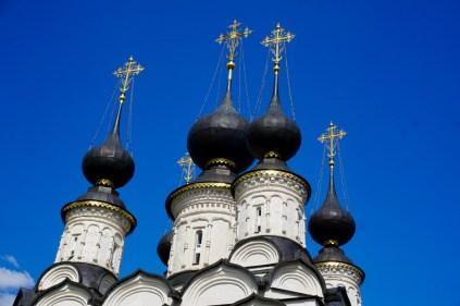 Kathedrale mit dunklen Kuppeln