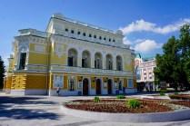 Gelb gestrichenes Schauspielhaus